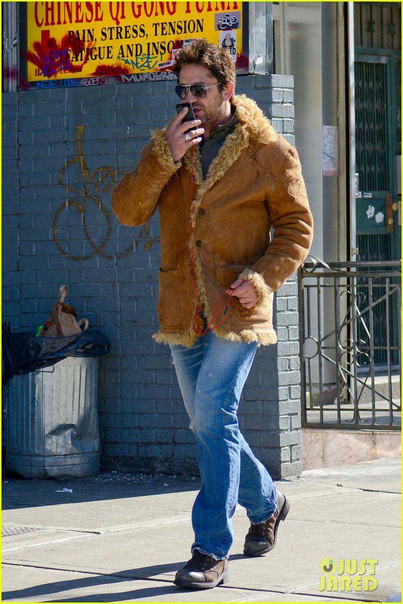 gerard butler keeps warm in furry brown coat 07