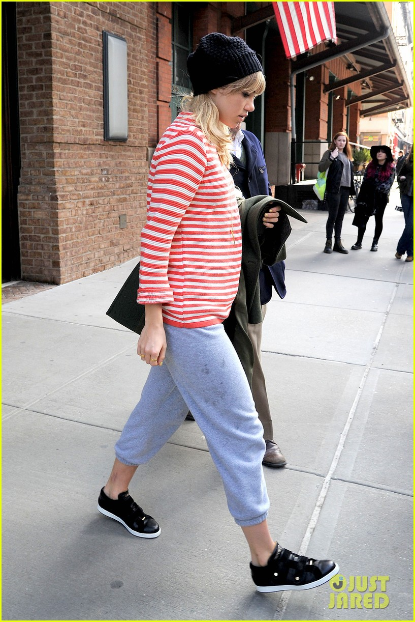 bradley cooper suki waterhouse check out of nyc hotel 01