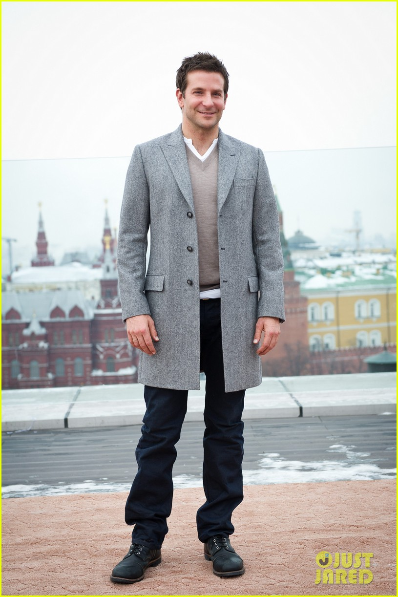 bradley cooper receives star while promoting american hustle in moscow 01