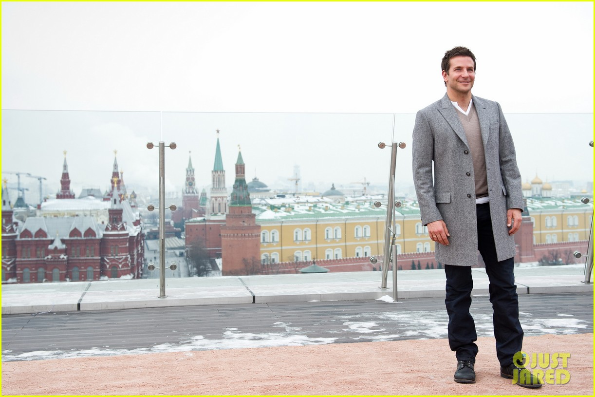 bradley cooper receives star while promoting american hustle in moscow 08