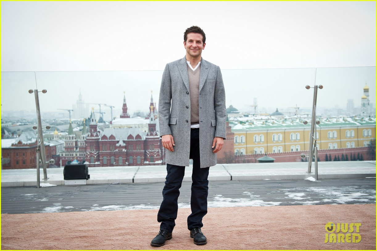 bradley cooper receives star while promoting american hustle in moscow 123048010