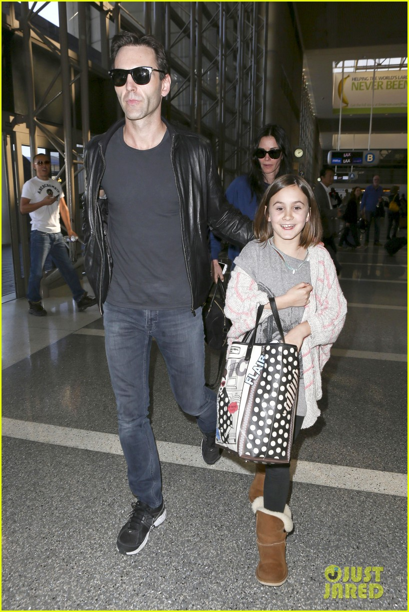 courteney cox boyfriend johnny mcdaid valentines day flight with coco 14