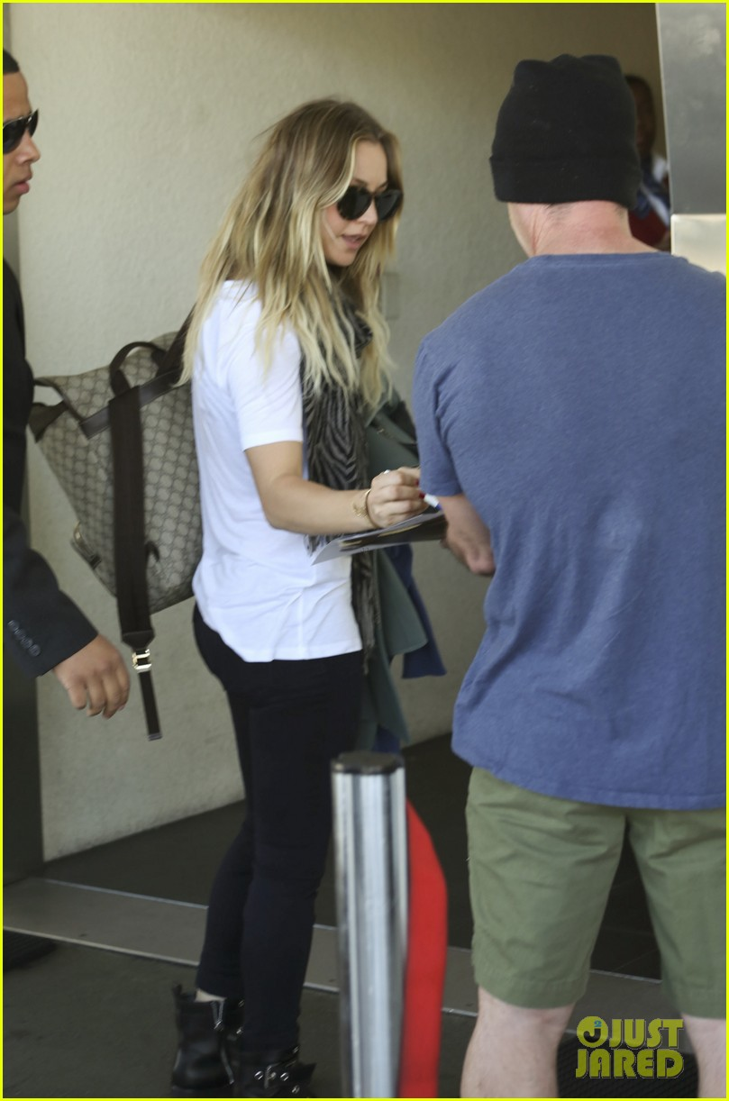 kaley cuoco ryan sweeting hold hands after flight into new york 08