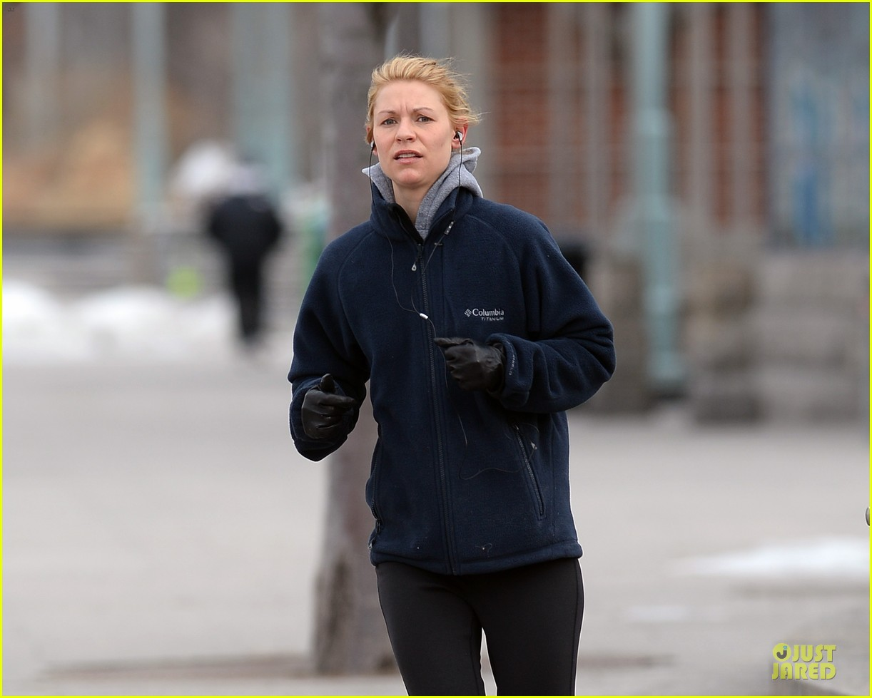 claire danes jogs the hudson river with music 07