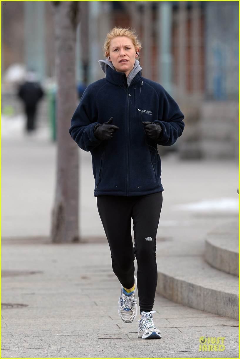 claire danes jogs the hudson river with music 11