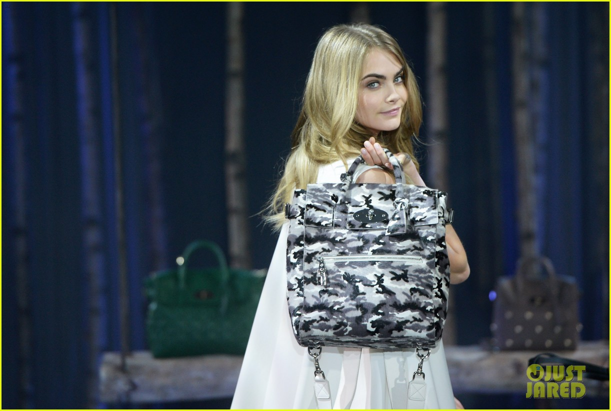cara delevingne launches her mulberry bag collection 023054817