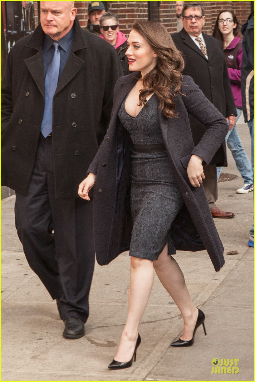 kat dennings bares cleavage for 2 broke girls promo tour 083060637