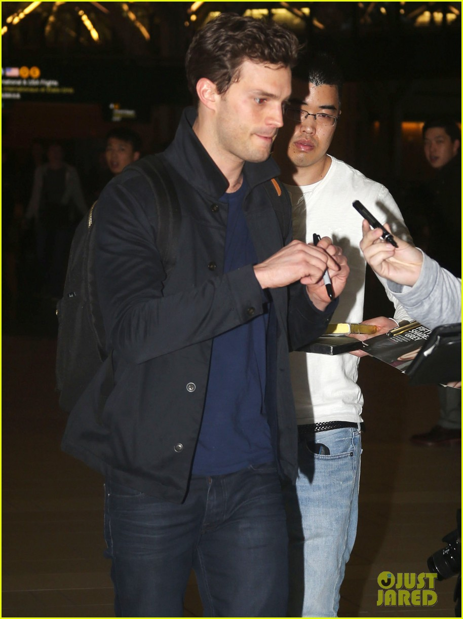 jamie dornan leaves vancouver with his wife daughter 04