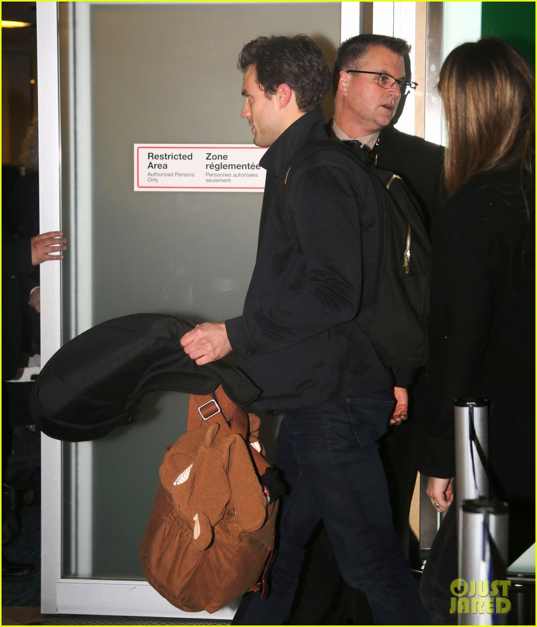 jamie dornan leaves vancouver with his wife daughter 093058861