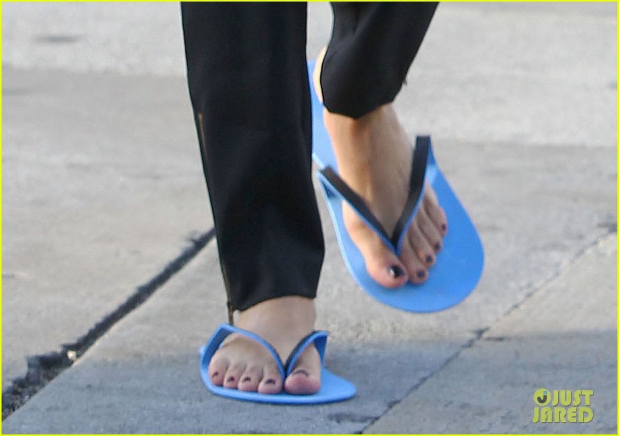 eva longoria brings her new hairdo to mani pedi appointment 07