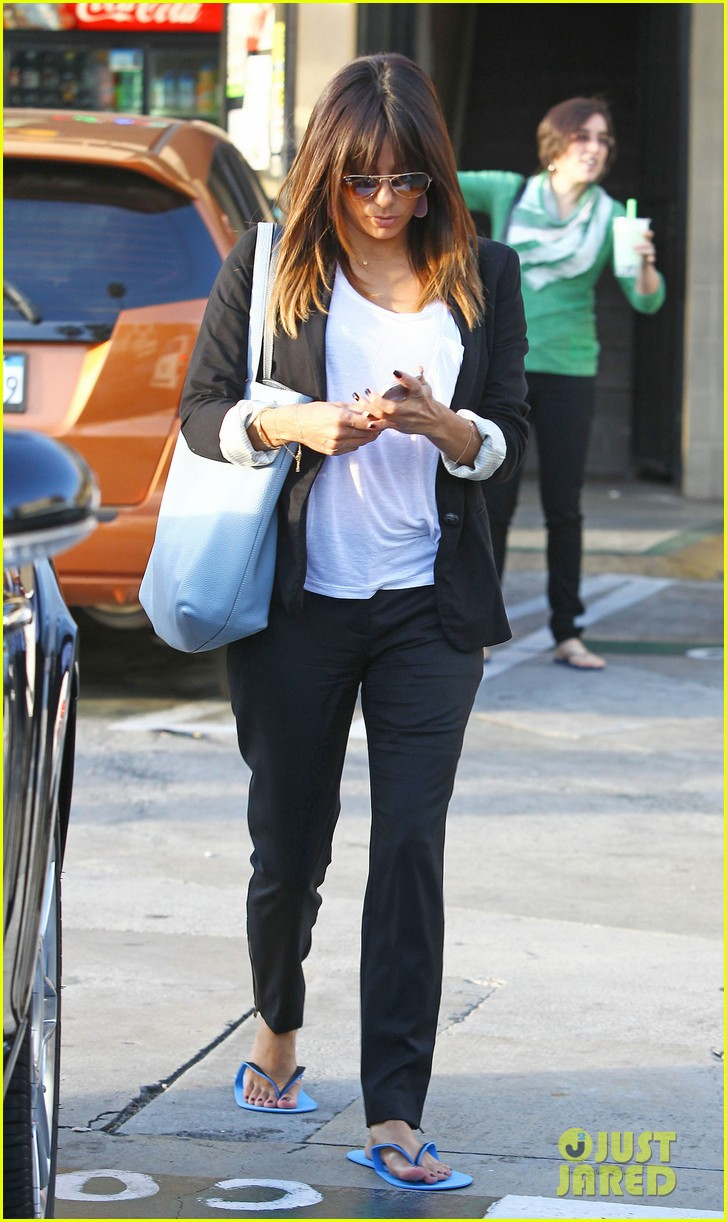 eva longoria brings her new hairdo to mani pedi appointment 08