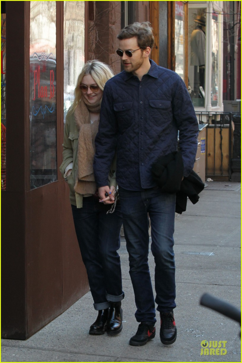 dakota fanning jamie strachan romantic soho stroll before her 20th birthday 033059144