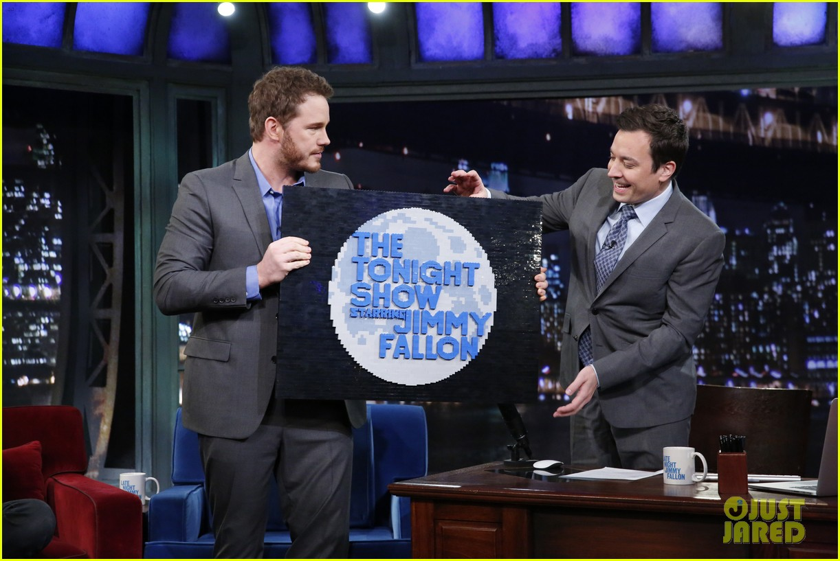 colin farrell chris pratt play bubble soccer on jimmy fallon 15