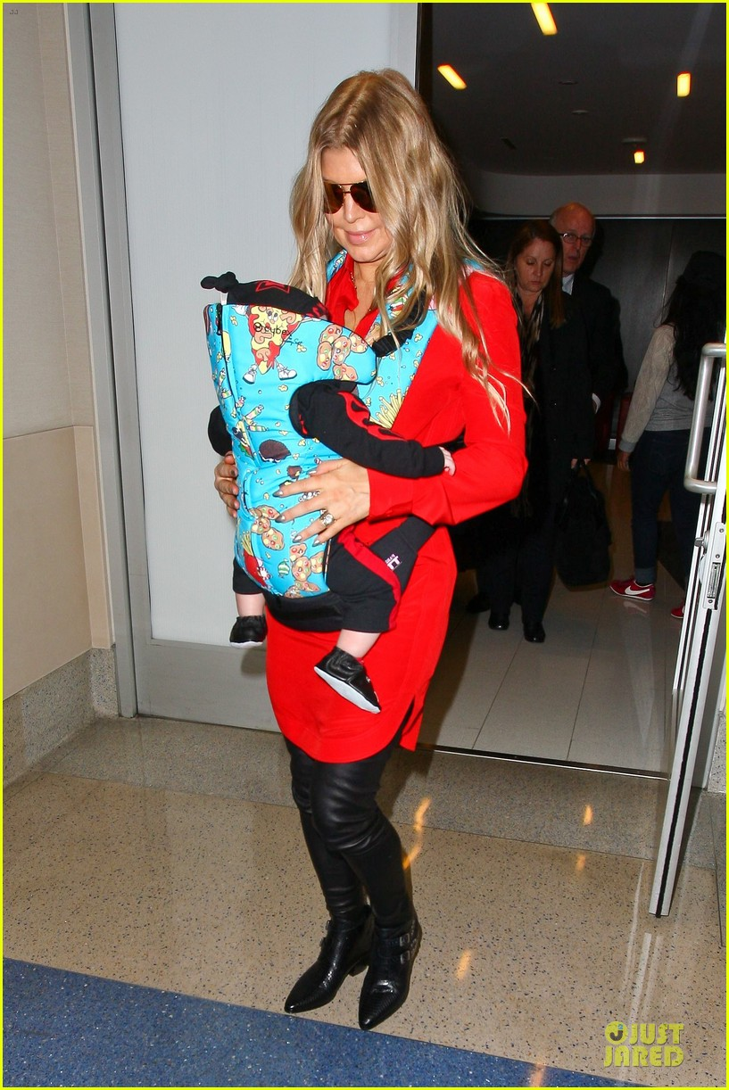 fergie wears baby carrier to hold axl at lax airport 03