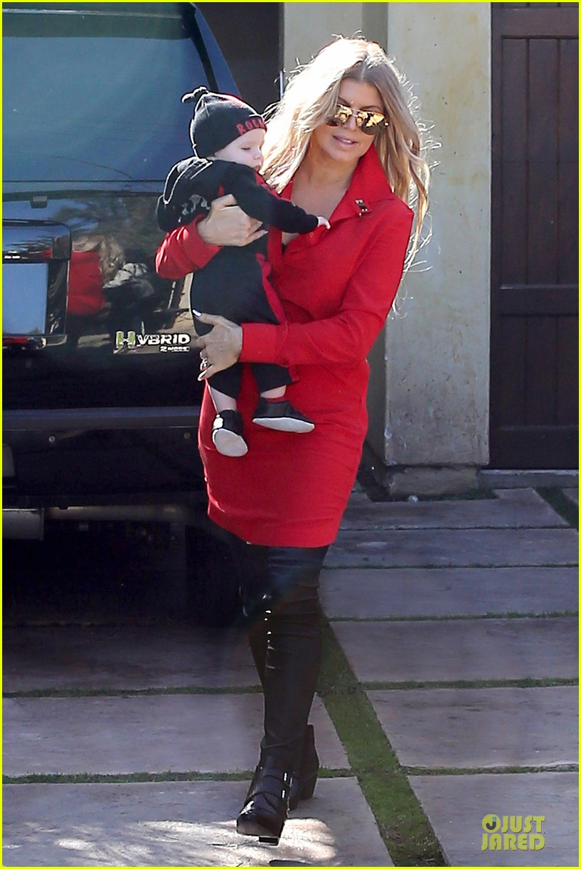fergie wears baby carrier to hold axl at lax airport 143051844