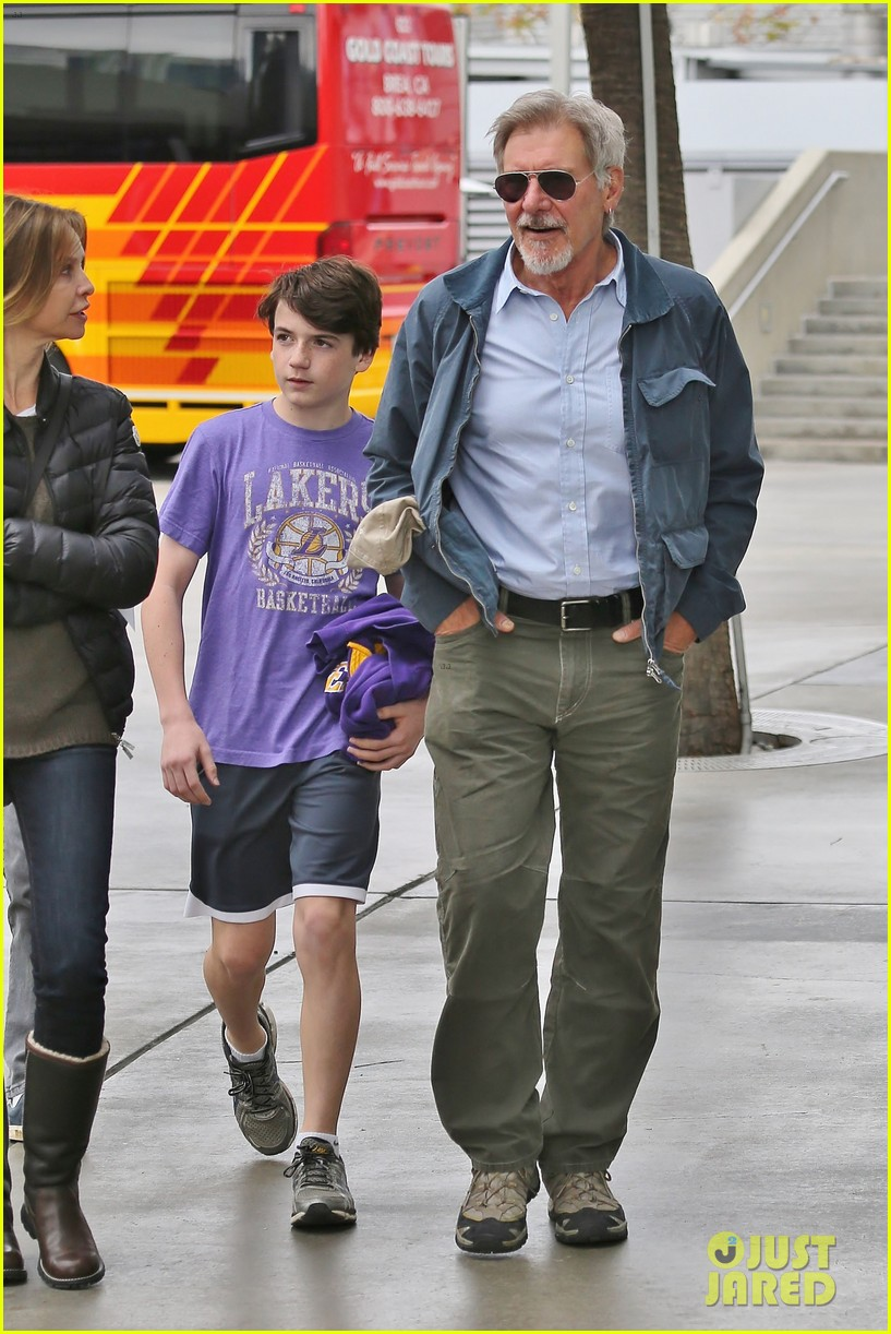 harrison ford calista flockhart lakers game with son liam 11