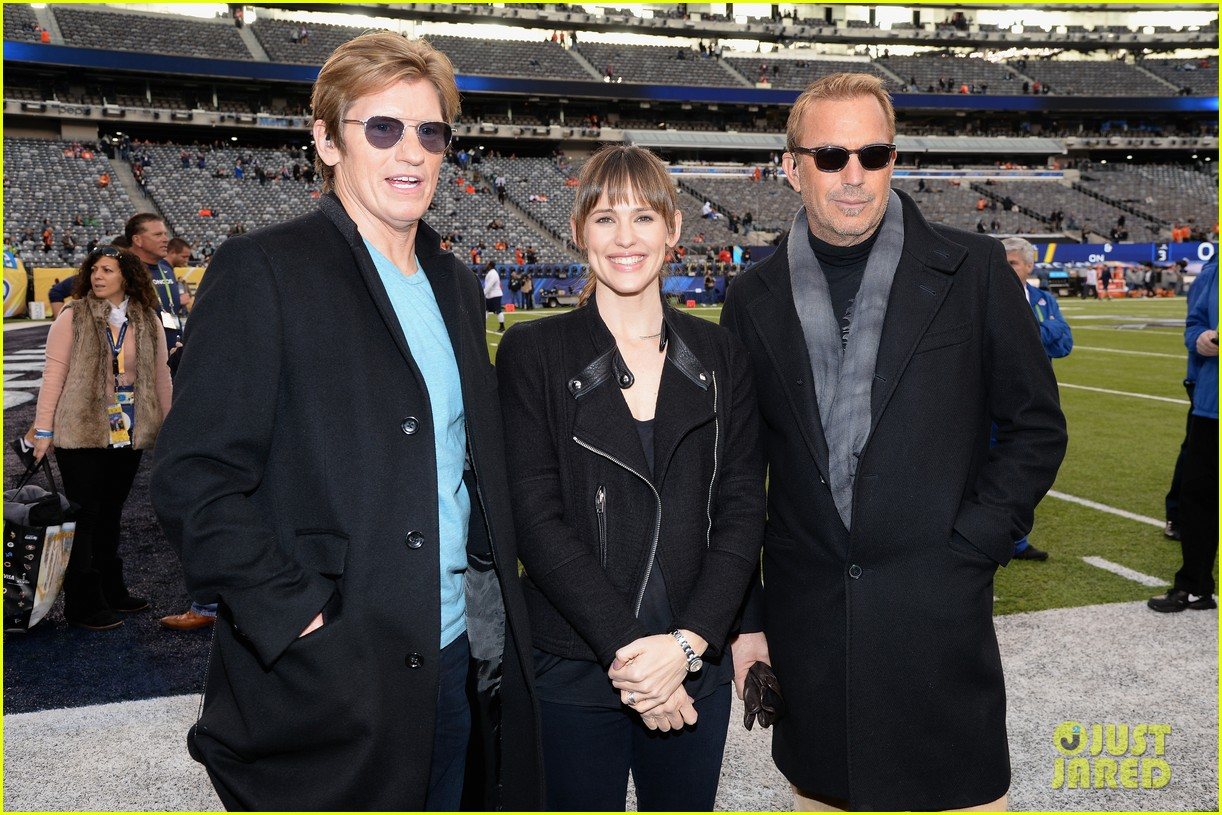 jennifer garner stands at the sidelines with draft day co stars at super bowl 2014 01