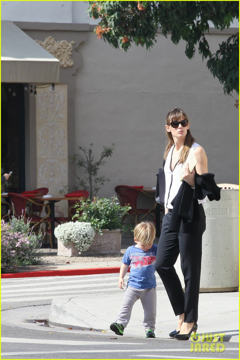 jennifer garner runs errands around town with the kids 163057776