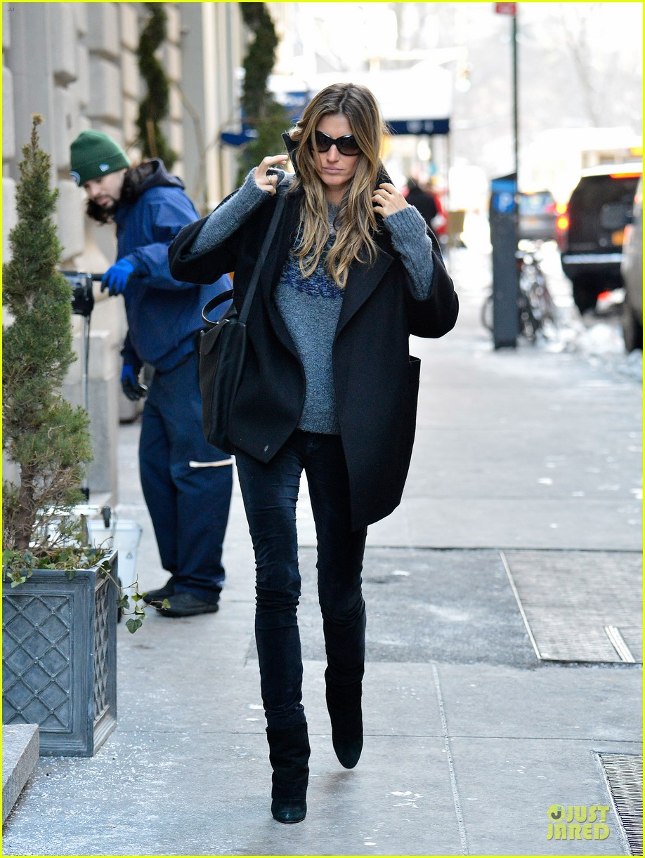 gisele bundchen grabs nyc lunch tom brady golfs at pebble beach pro am 03