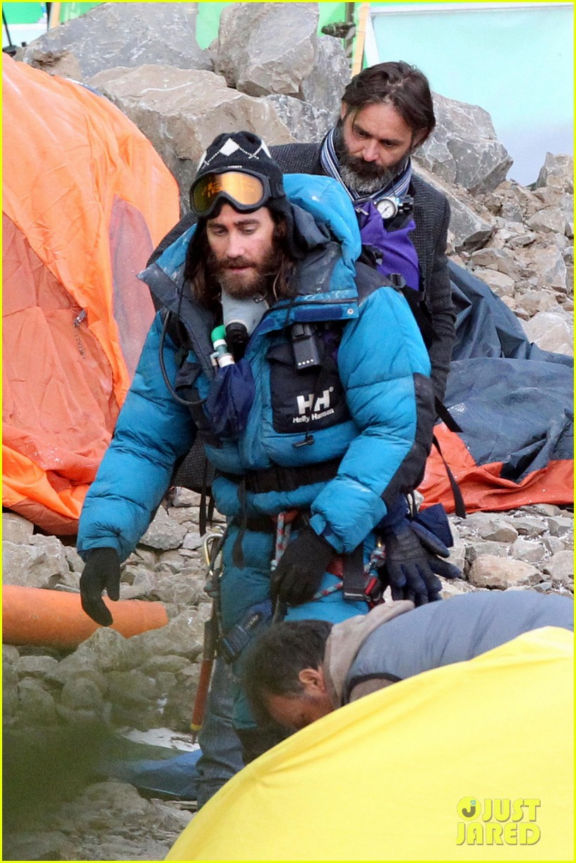 jake gyllenhaal sports long hair shaggy beard first everest set photos 02