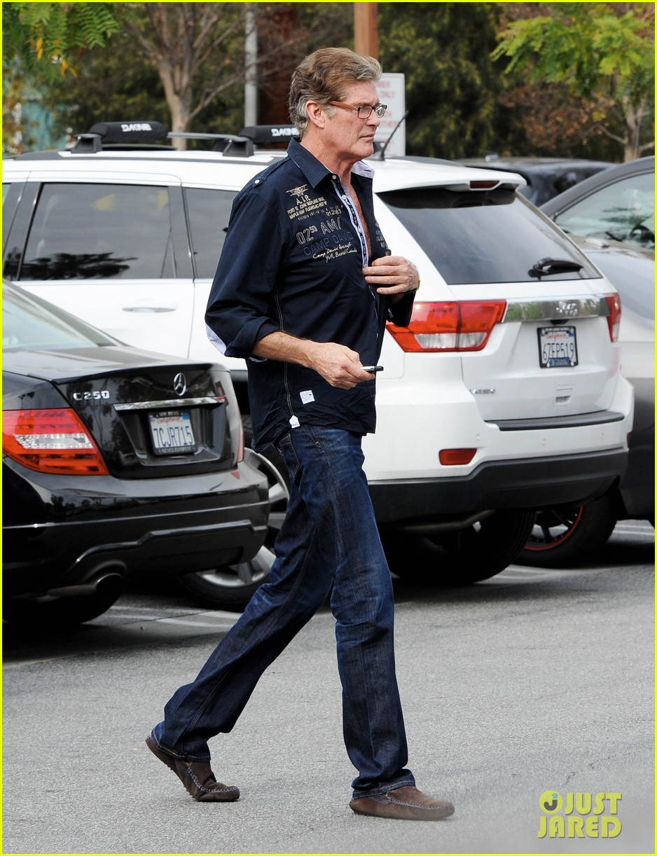 david hasselhoff changes his shirt in middle of a parking lot 05