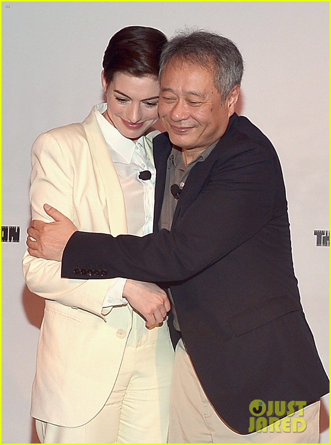 anne hathaway suits up to toast director ang lee 05