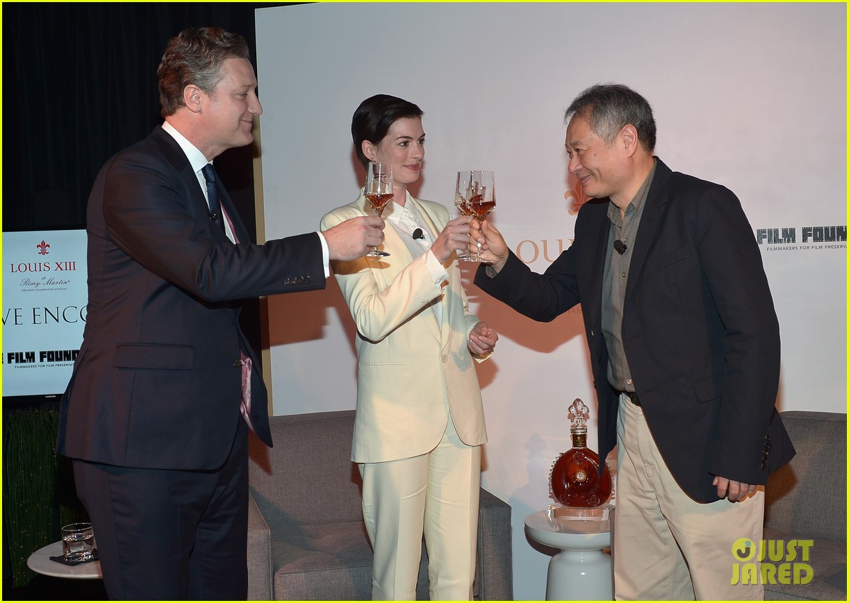 anne hathaway suits up to toast director ang lee 06