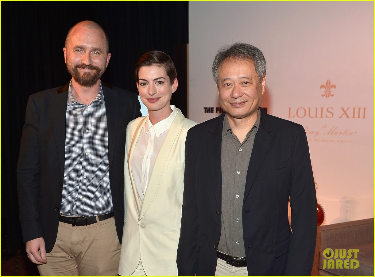 anne hathaway suits up to toast director ang lee 103056870