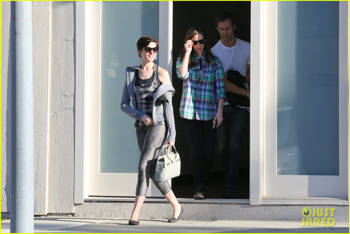 anne hathaway wears her workout gear for friendly visit 11