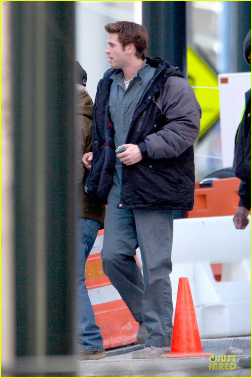 liam hemsworth sam claflin continue mockingjay filming 013045290
