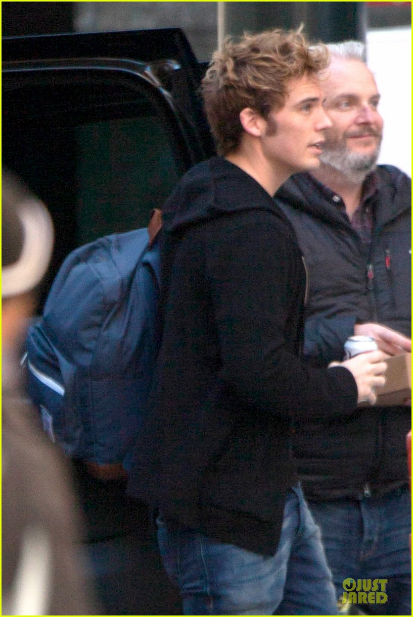 liam hemsworth sam claflin continue mockingjay filming 04