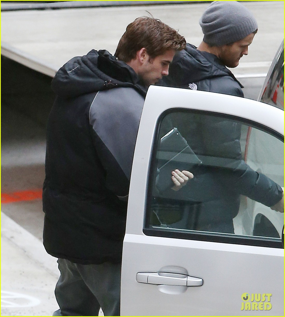 liam hemsworth mockingjay resumes filming after philip seymour hoffmans death 02