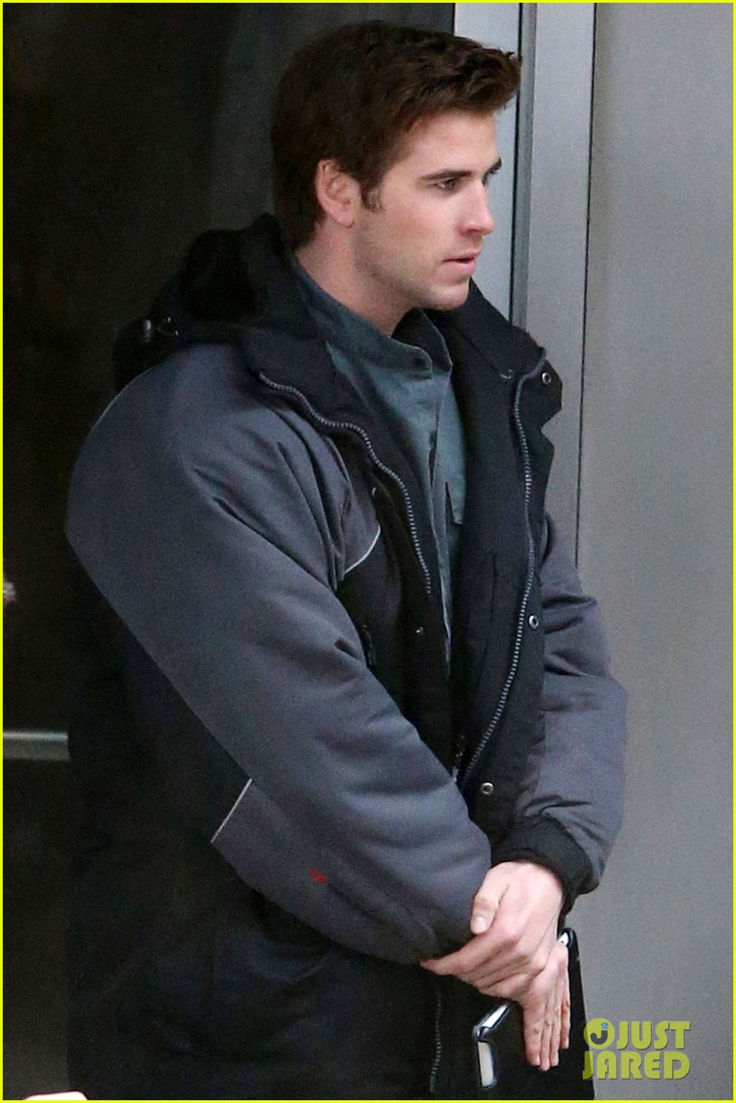 liam hemsworth mockingjay resumes filming after philip seymour hoffmans death 033047902