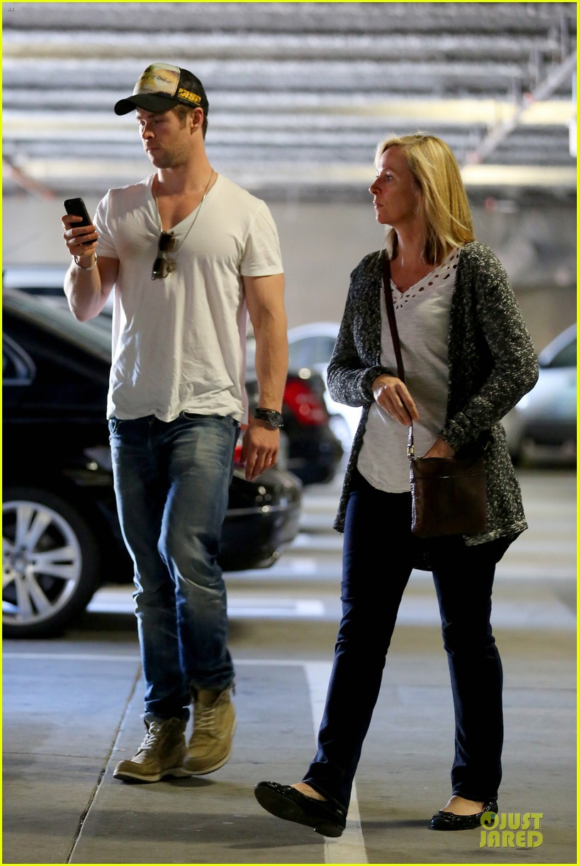 chris hemsworth shops for portable garment racks with mom leoni 01