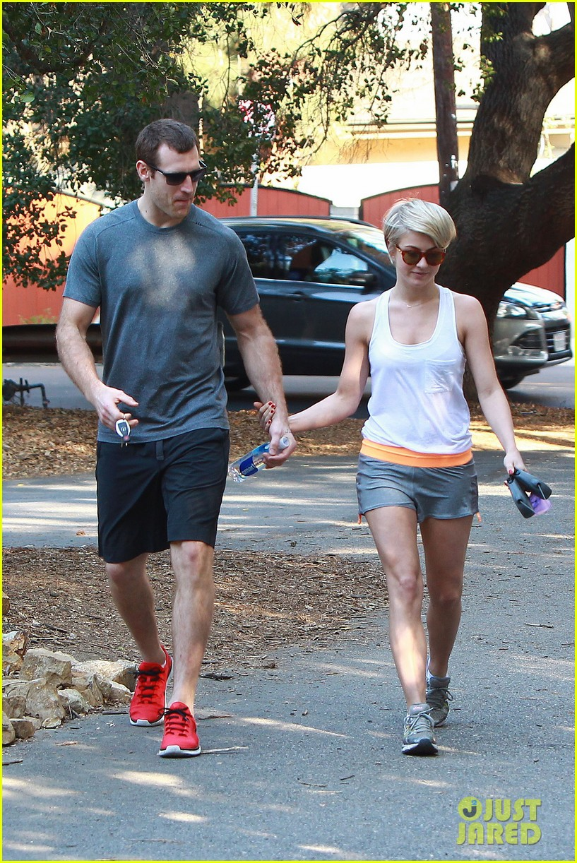 julianne hough holds hands with hockey player brooks laich 09