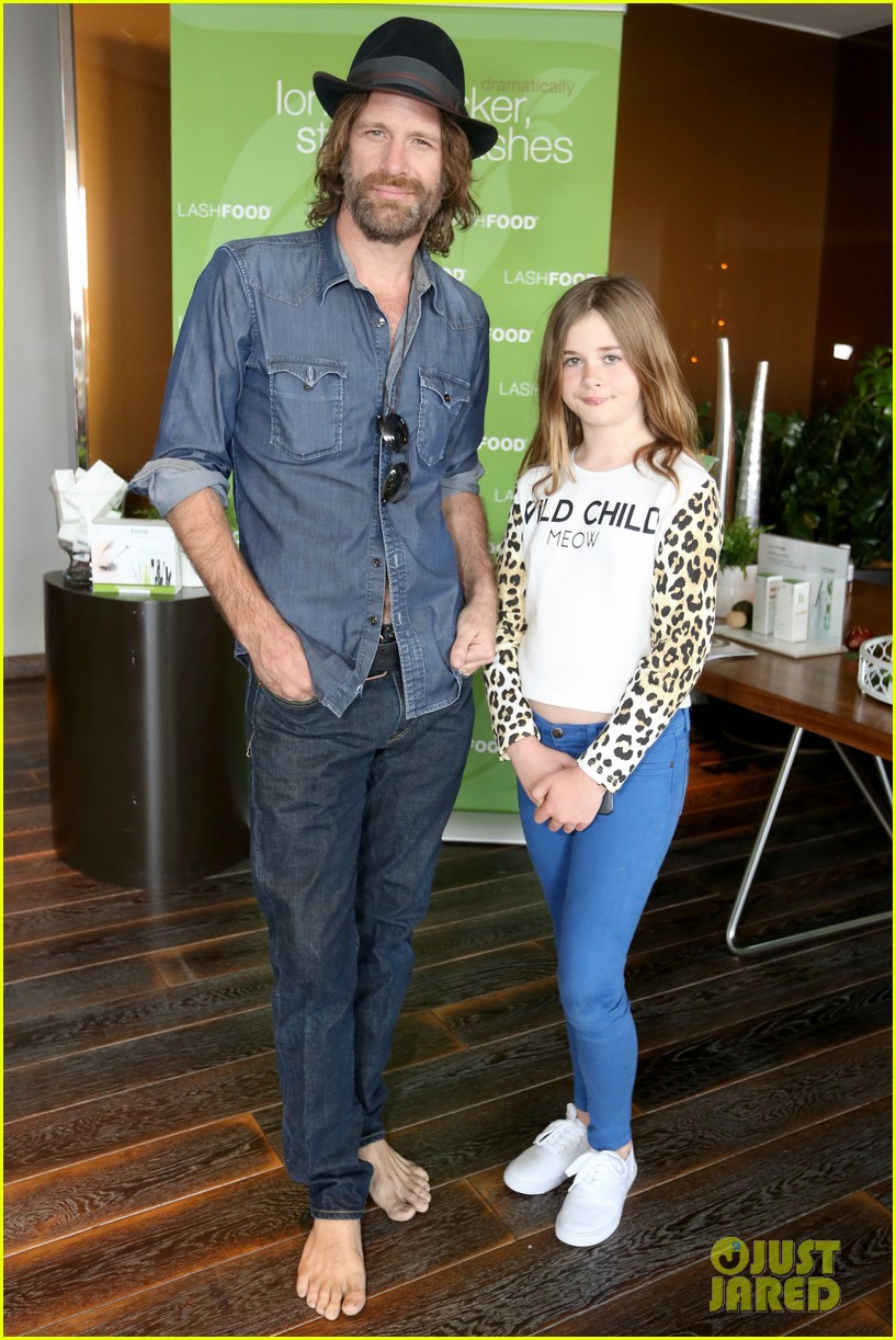 thomas jane goes barefoot at pre oscars lounge 083062382