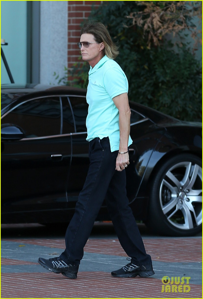 bruce jenner undergoes adams apple surgery see kardashians star see first photo post surgery 053051418