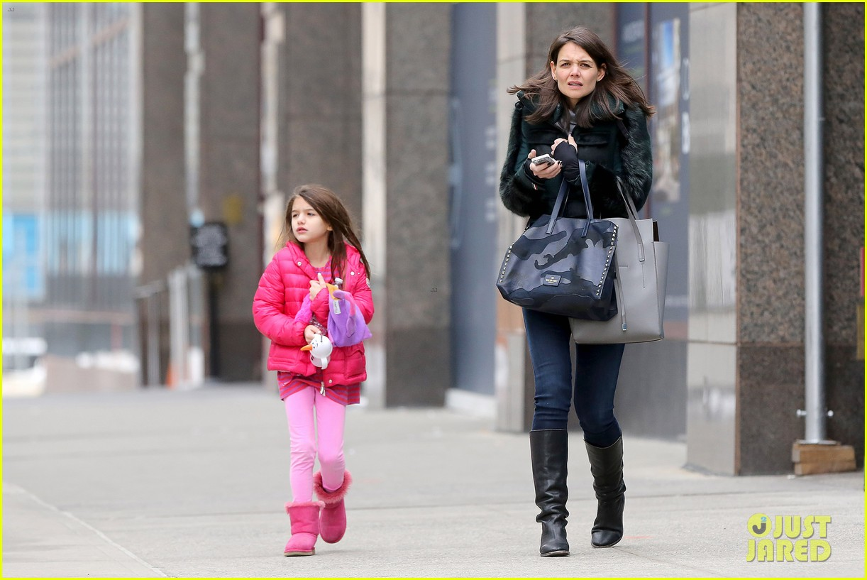 katie holmes ice skating play date with suri 323050350