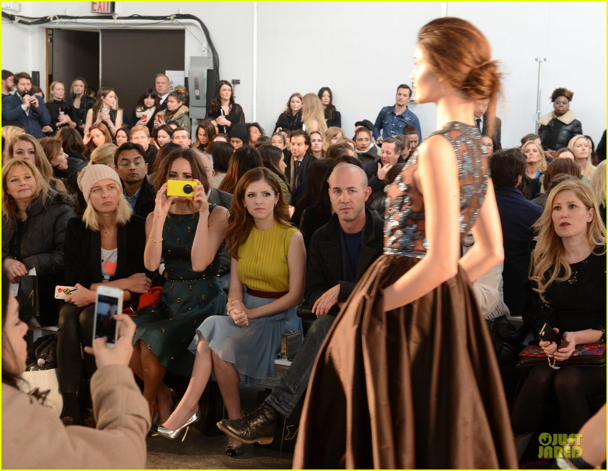 anna kendrick tory burch jenny packham fashion shows 05