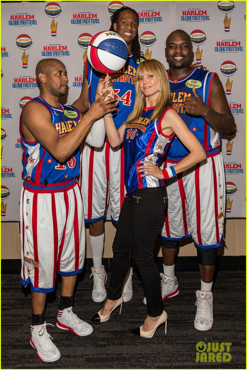 heidi klum has fun day with the harlem globetrotters 01