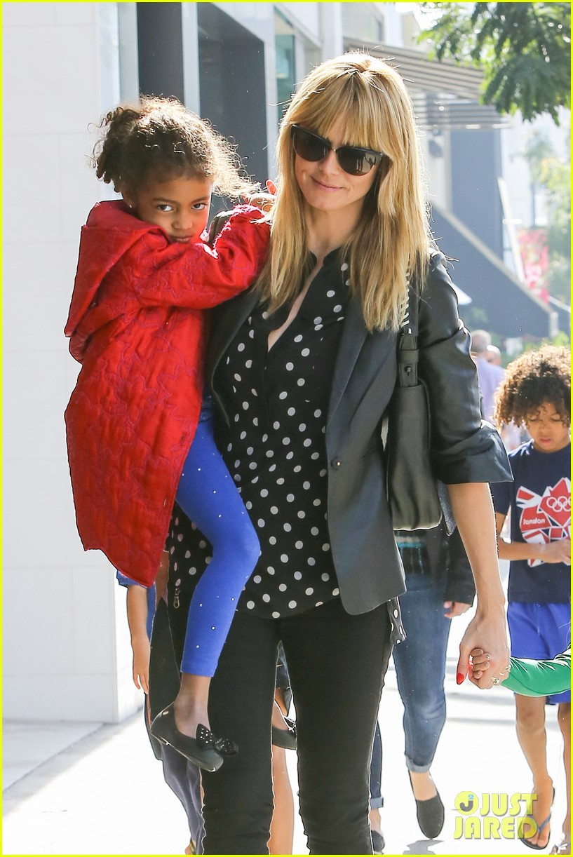 heidi klum has fun day with the harlem globetrotters 13