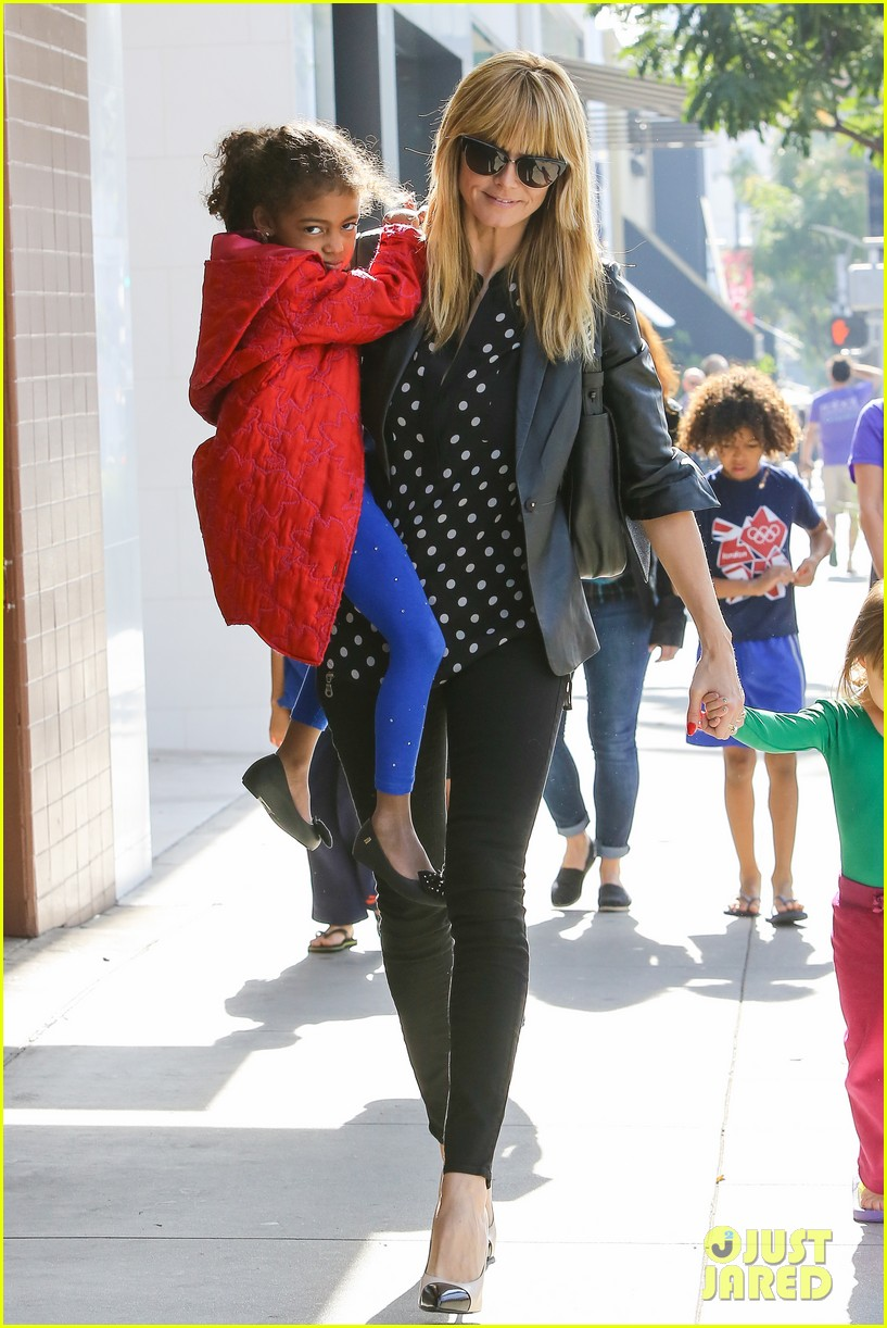 heidi klum has fun day with the harlem globetrotters 153055019