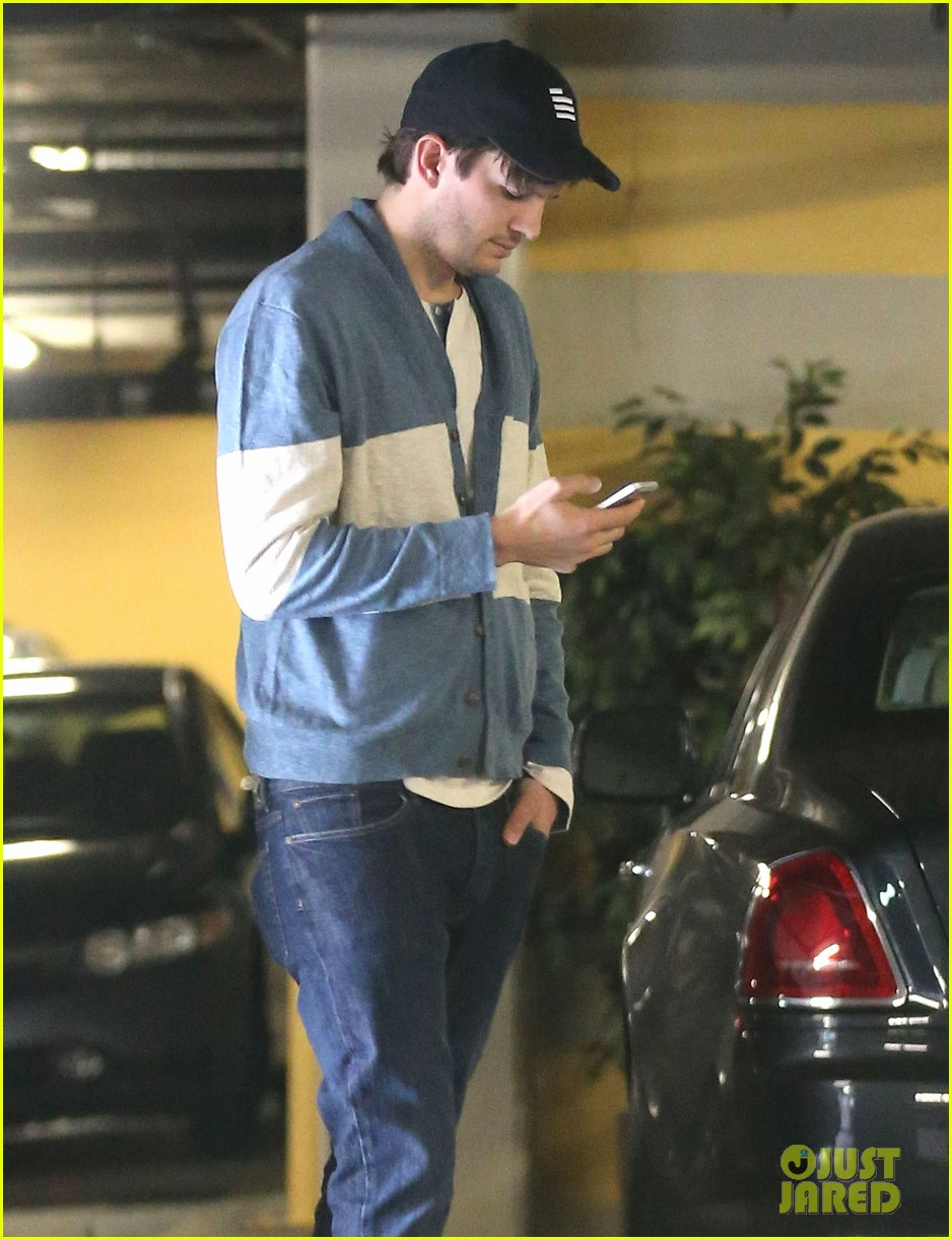 ashton kutcher mila kunis go on white t shirt dates 02