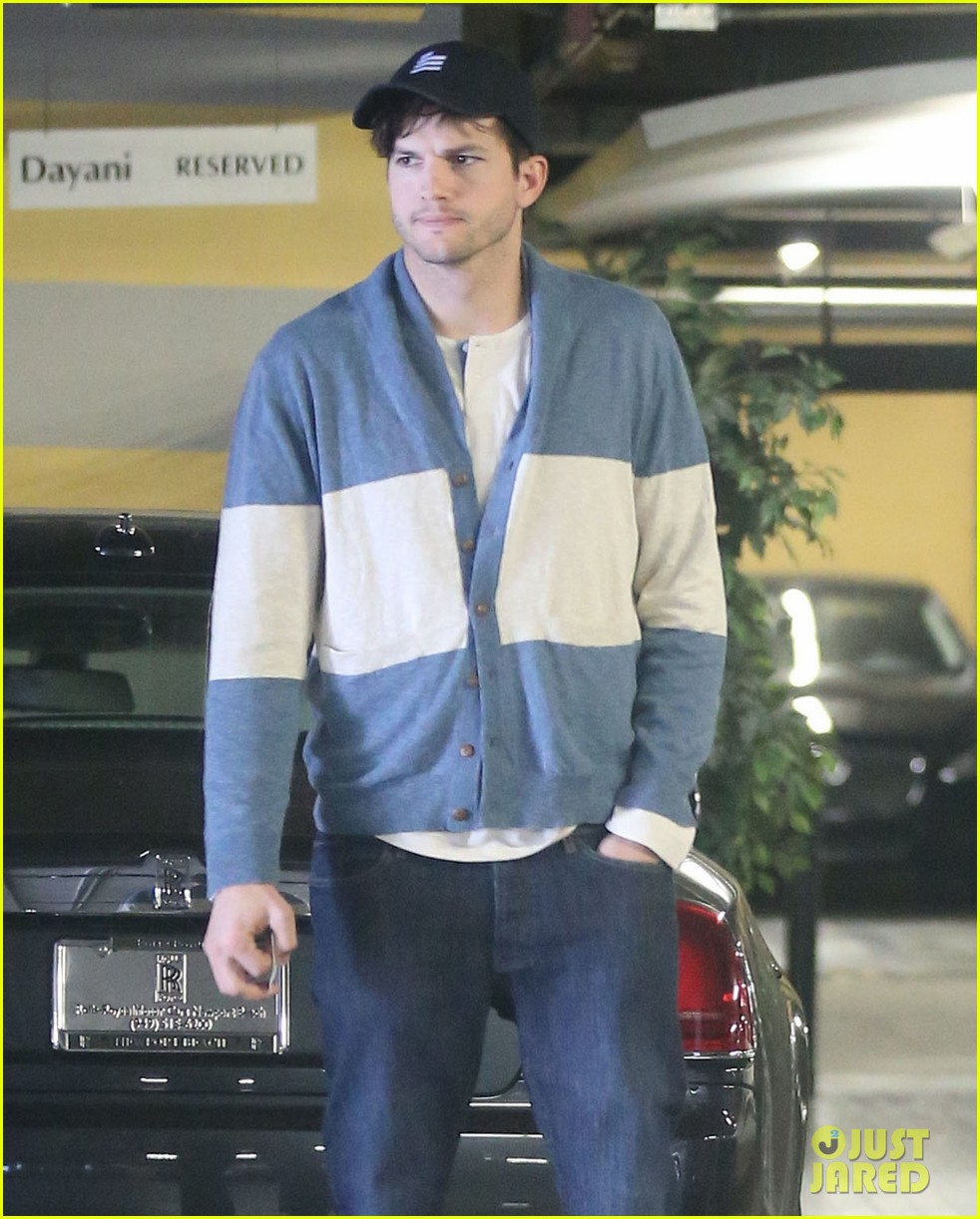 ashton kutcher mila kunis go on white t shirt dates 07