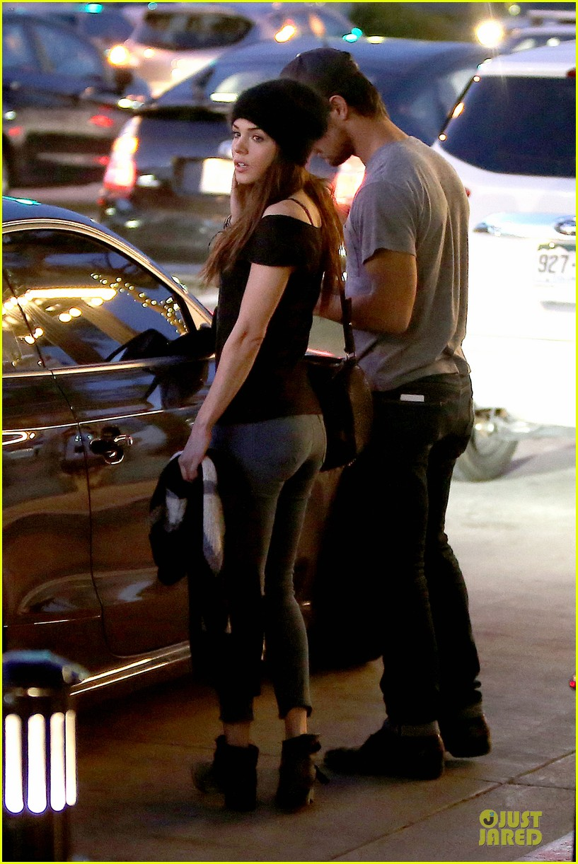 taylor lautner marie avgeropoulos hold hands for dinner 12
