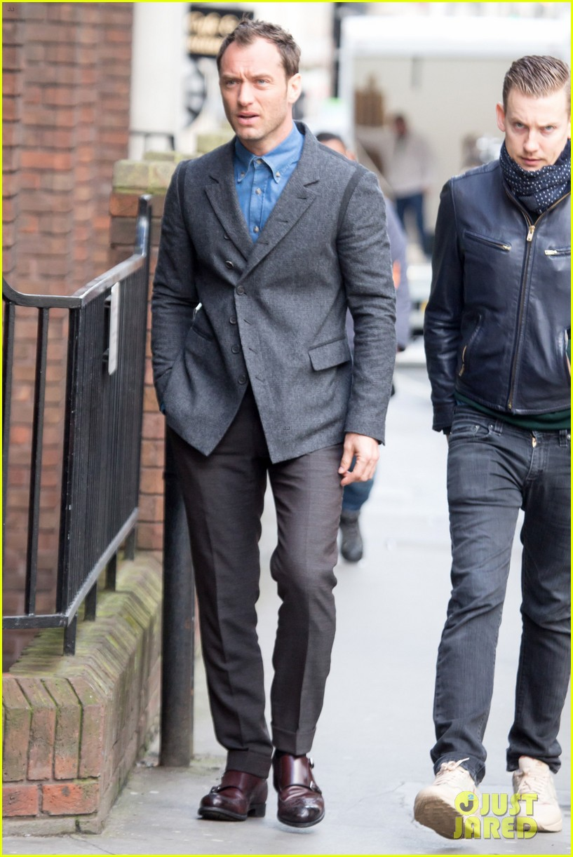 jude law begins filming an unknown production in london 013060850