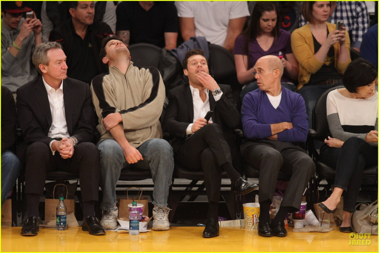 joseph gordon levitt laughs out loud at lakers game 043053393