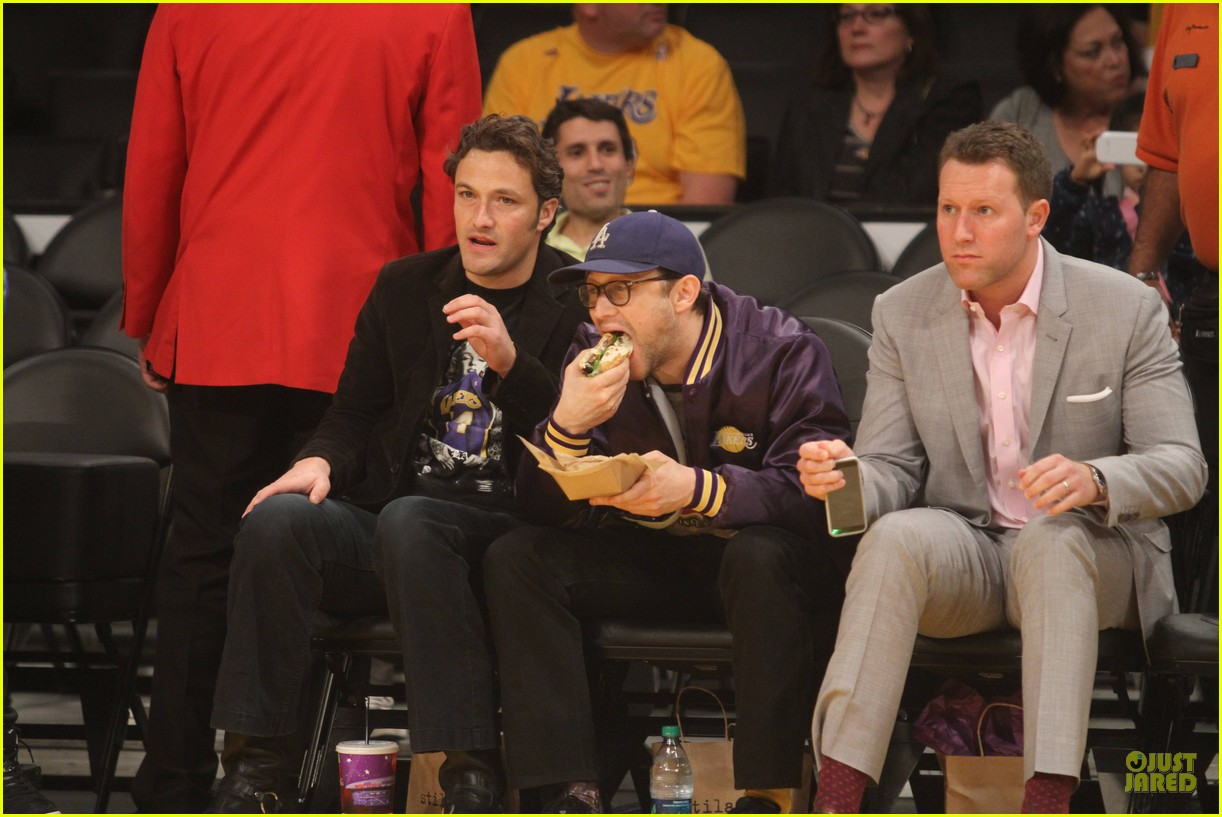 joseph gordon levitt laughs out loud at lakers game 053053394