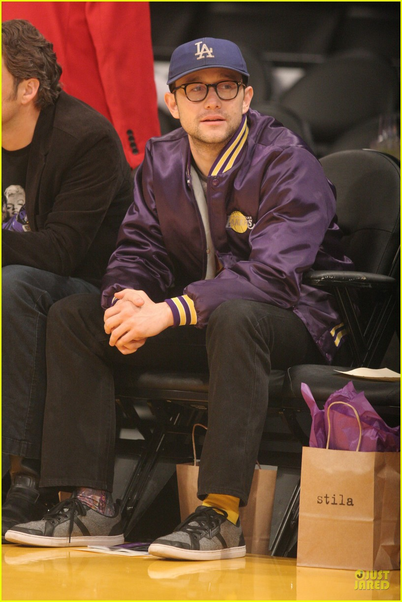 joseph gordon levitt laughs out loud at lakers game 07