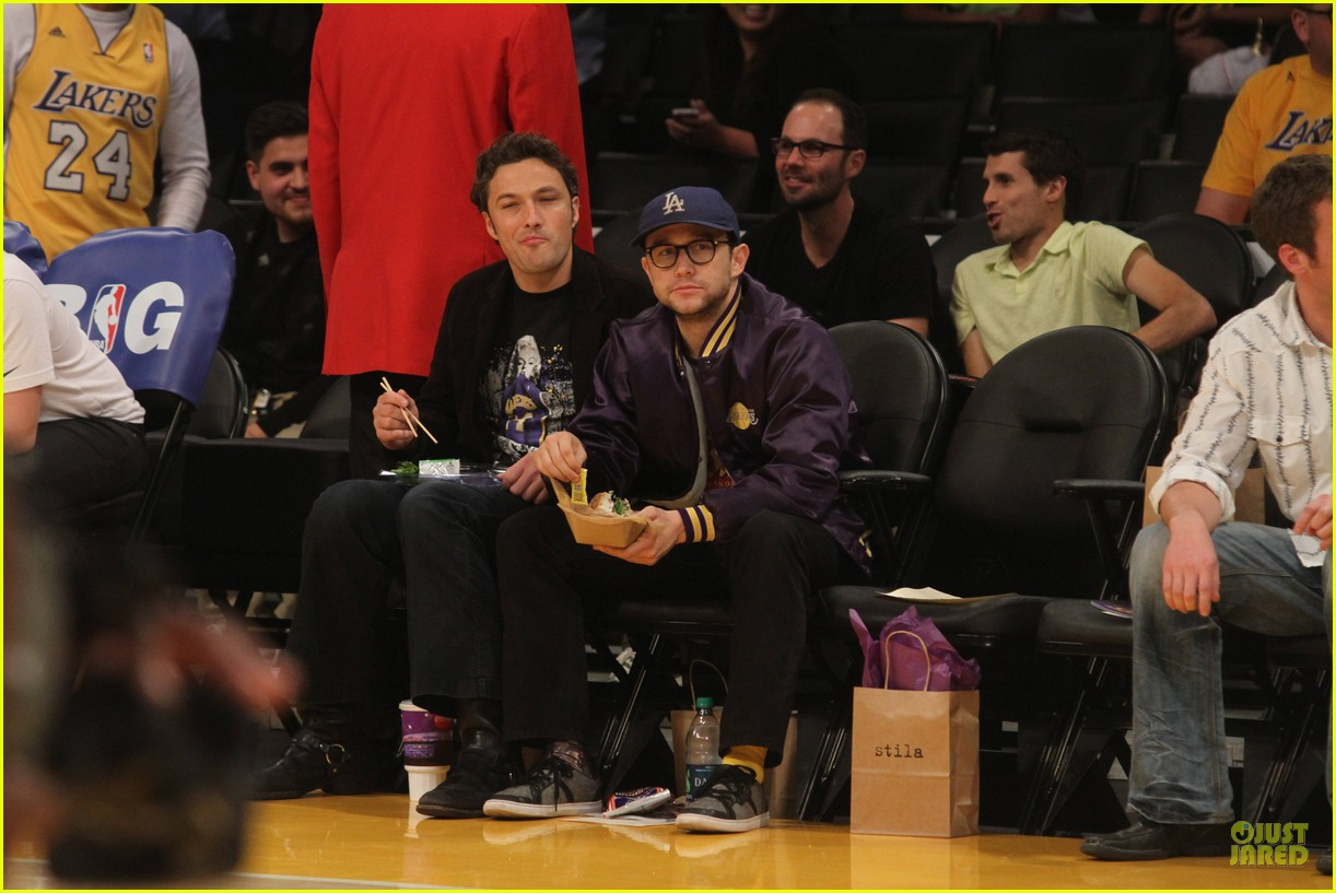 joseph gordon levitt laughs out loud at lakers game 08